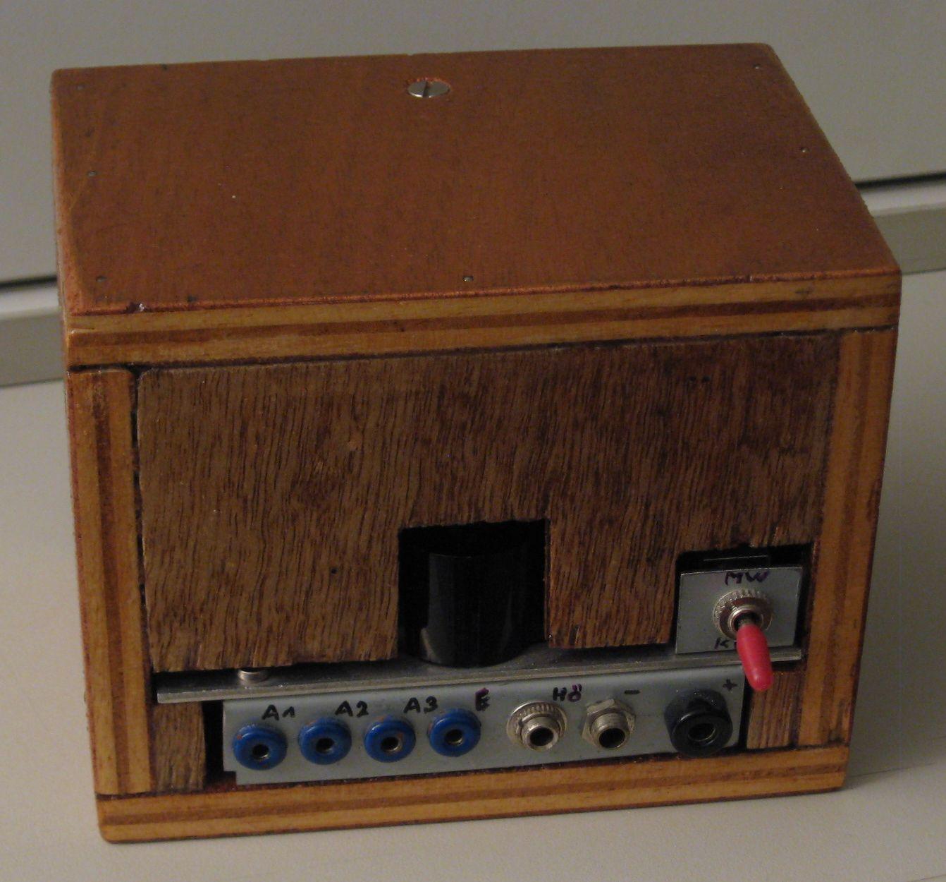 Radiomann mit Wellenschalter und Abstimmskala